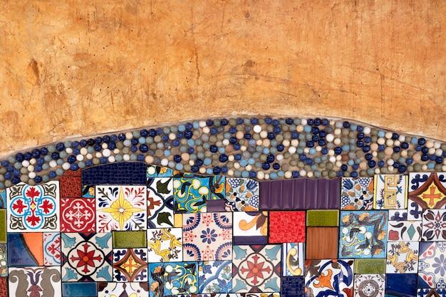 Старая стена апельсина с плиткой. чердак старая стена. текстура фон. старинные настенные декоративные. Premium Фотографии