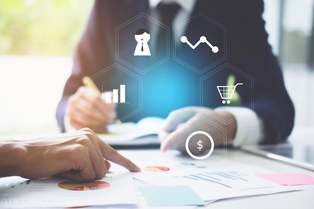 Бизнес команда поддержки и встречи концепции. два инвестора, работающие над обработкой документов финансовое задание с финансовым символом. Premium Фотографии