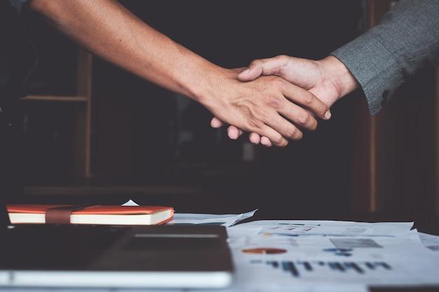 買収後の成功したビジネスマンのパートナーシップハンドシェイクの画像。 Premium写真