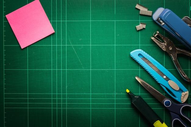 Каркас для школьных и офисных принадлежностей, на фоне режущего мата Premium Фотографии