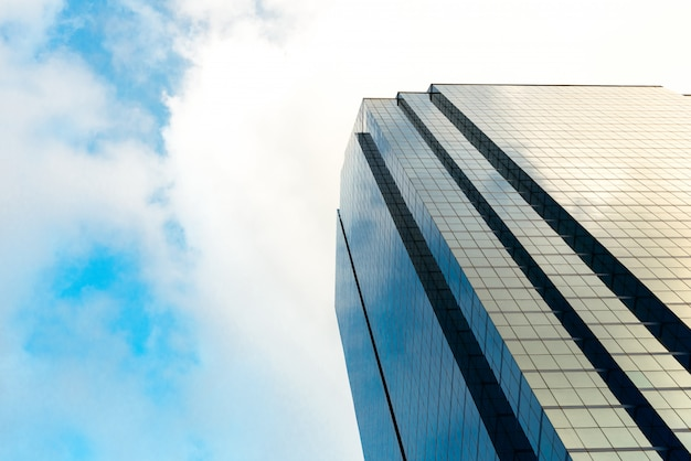 モダンなガラス張りの高層ビルの下面角度 Premium写真