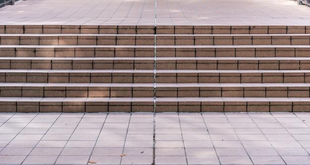 Широкую каменную лестницу часто можно увидеть на стройке Premium Фотографии