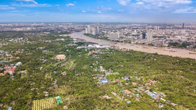 Вид с воздуха на горизонт бангкока и вид на реку чаупхрая Premium Фотографии