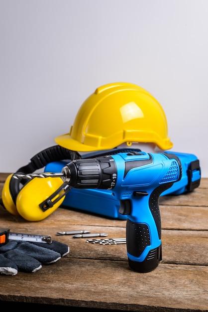 ドリルとドリルのセット、工具、大工と安全、保護具 Premium写真