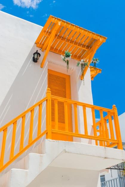 黄色のバルコニーとドアと白い壁 Premium写真