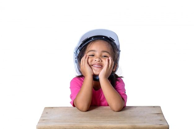 Азиатские дети в защитных шлемах и на белом фоне Premium Фотографии