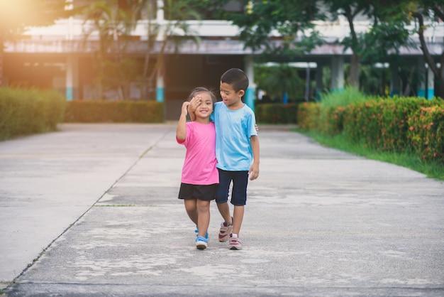 兄弟姉妹は手をつないで歩く Premium写真