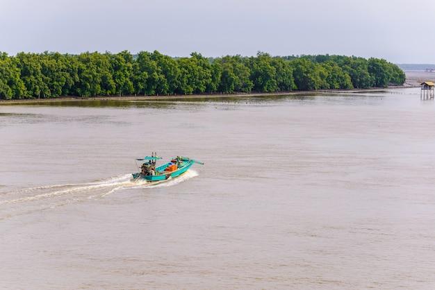 人生アジアの漁師と漁船 Premium写真
