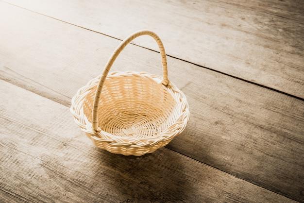 木製の背景の空の枝編み細工品バスケット Premium写真