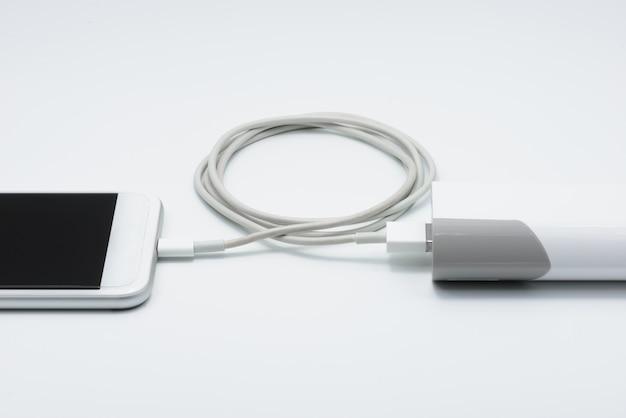 パワーバンク(バッテリーバンク)付きの白いスマートフォン充電器 Premium写真