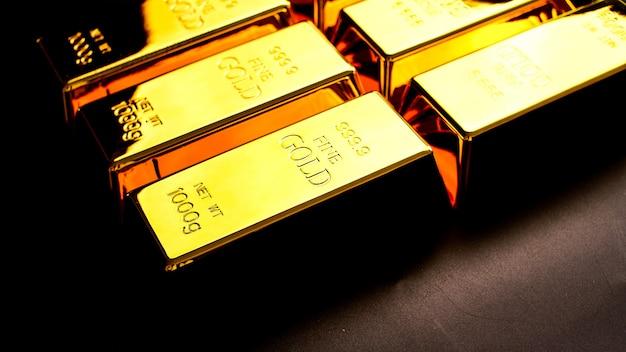テーブルの上を明るく輝く多くの金塊。 Premium写真