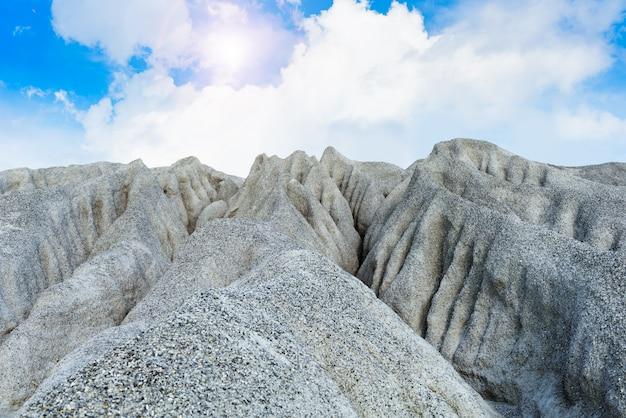 採鉱過程で採掘された岩石の多い山または細かい白い石 Premium写真