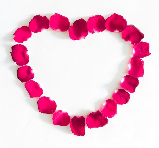 ピンクのバラの花びらの美しい心 Premium写真