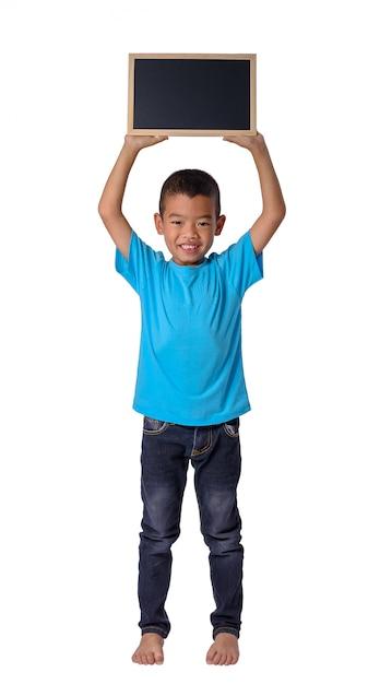 白い背景上に分離されて概念的な教育のための空白の黒い黒板とアジアの国の少年 Premium写真
