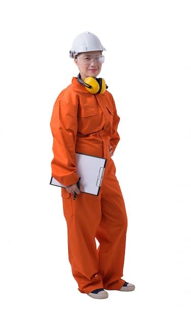 メカニックジャンプスーツの女性労働者の肖像画はクリップボードとペンを持っています。 Premium写真