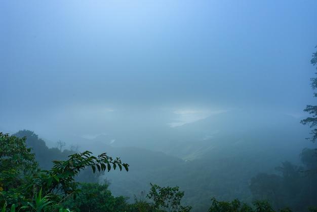 朝の山脈と霧の海の景色 Premium写真