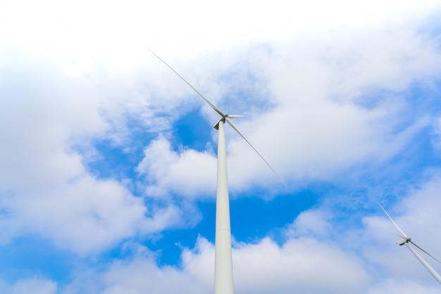 Ветряная турбина для производства электроэнергии в као кхо, петчабун, таиланд Premium Фотографии