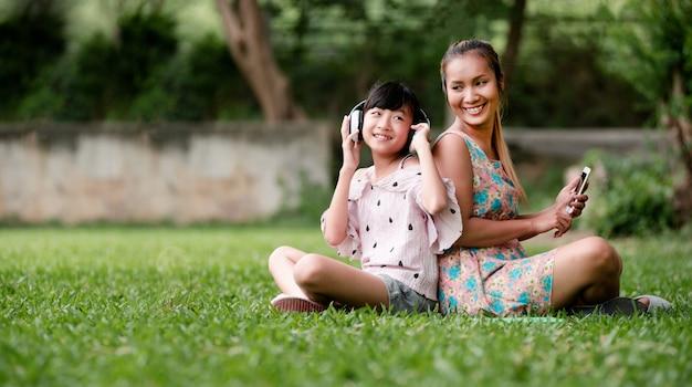 庭で幸せな家族 Premium写真