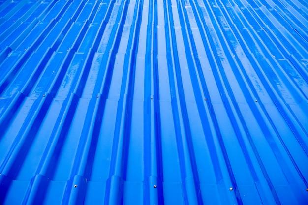 背景の雨から濡れた青い屋根瓦 Premium写真