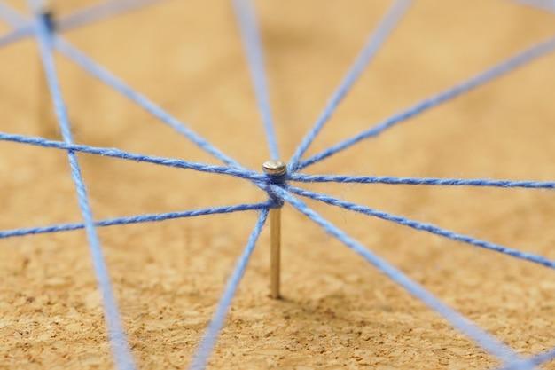 ネイルノードから白い背景、ネットワークの概念上のノードへの色糸の抽象的なウェブライン接続 Premium写真