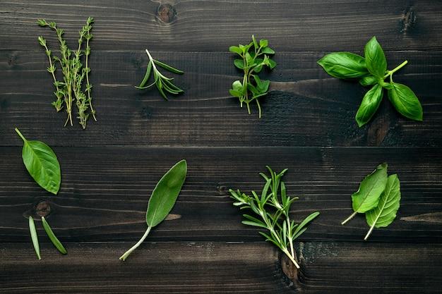 Различный специй и трав на деревянной предпосылке. Premium Фотографии