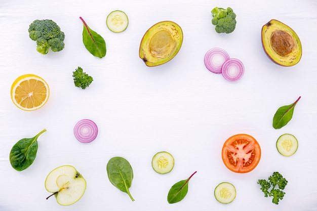 フラットサラダの原材料と食品のパターンは白い木の上に置きます。 Premium写真