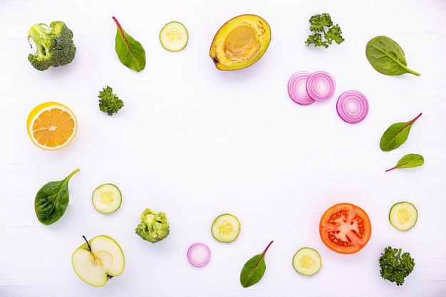 原材料フラットレイアウト背景を持つ食品パターン Premium写真
