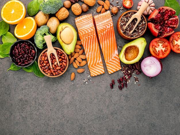 暗闇で健康的な食品選択のための成分。 Premium写真