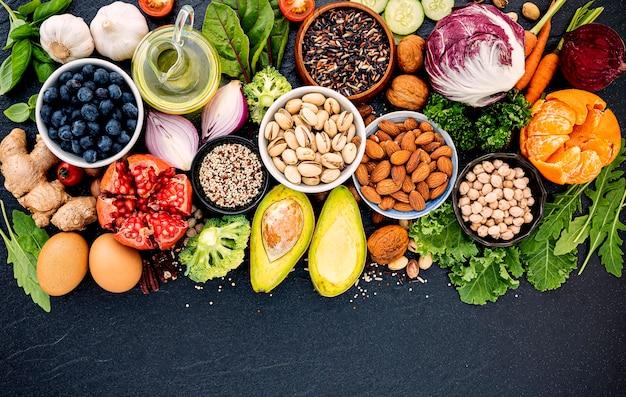 健康食品の概念は、暗い石の上に設定します。 Premium写真
