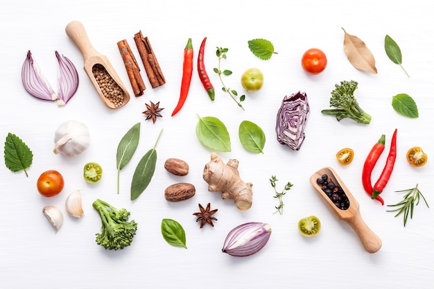 白い背景に様々な新鮮な野菜やハーブ Premium写真