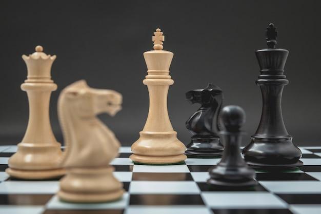 暗い背景にチェスセットアップの騎士。 Premium写真