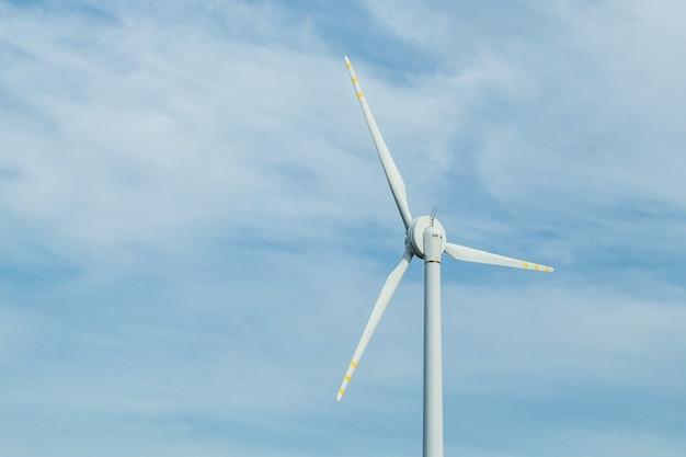 風力発電機のタービンと青空。 Premium写真