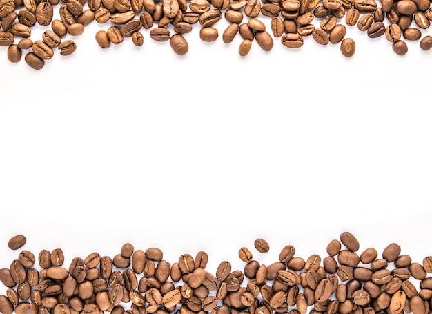 白い背景にコーヒー豆と炎 Premium写真