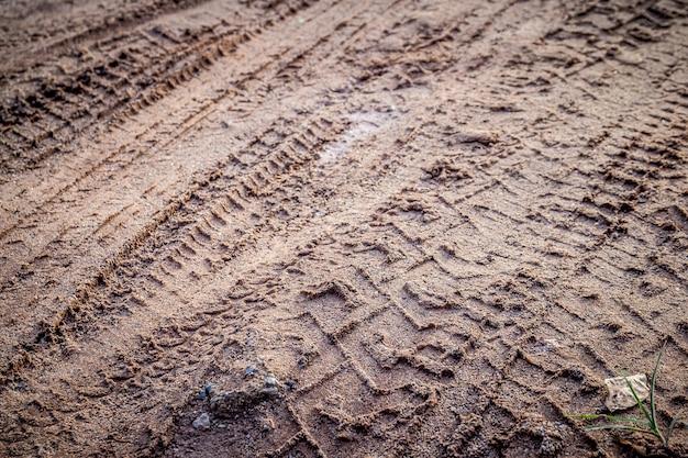 オートバイと車のタイヤトラックは選択と集中で砂または泥 Premium写真