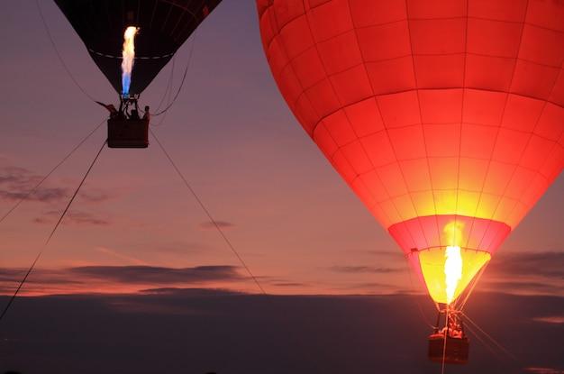 夕焼け空と熱気球 Premium写真