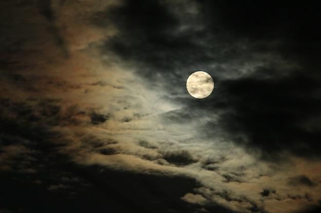 満月と雲 Premium写真