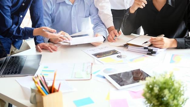 Стратегия запуска бизнеса с молодой бизнесмен, встреча на столе, Premium Фотографии