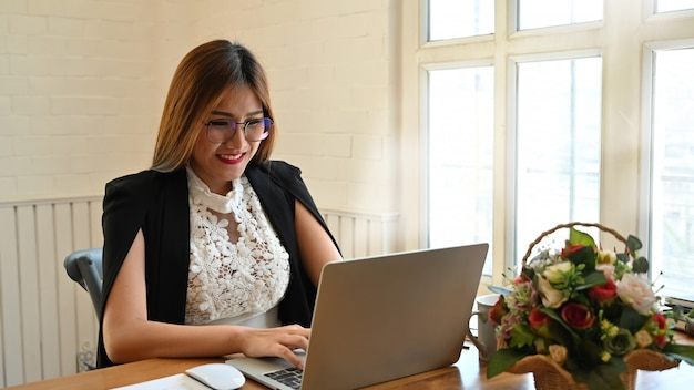 木製のテーブルにラップトップを使用して実業家。 Premium写真