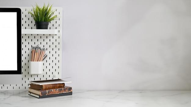 Стол офисный с канцелярскими товарами Premium Фотографии