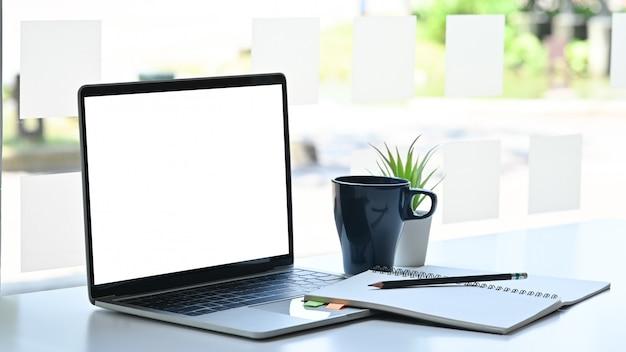 Макет ноутбука с ноутбука, карандаш и кофе на современном офисном столе Premium Фотографии