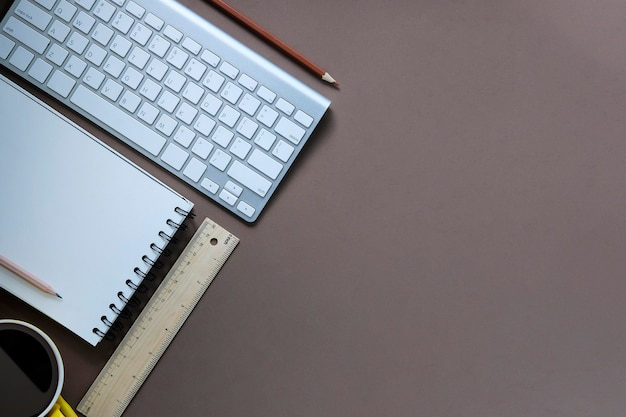 トップビューワークスペースコンピュータ、スマートフォン、コーヒーカップ、メモ帳付きペンシル Premium写真