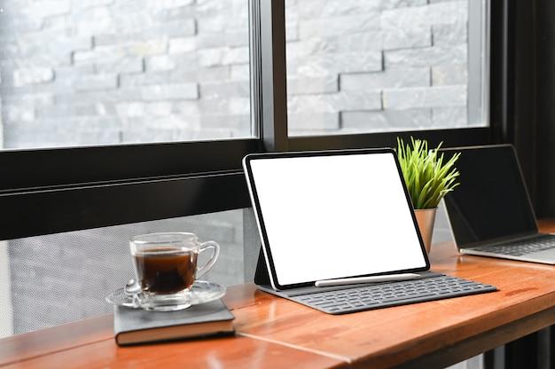 モックアップデジタルタブレットとペン、空の表示画面。 Premium写真