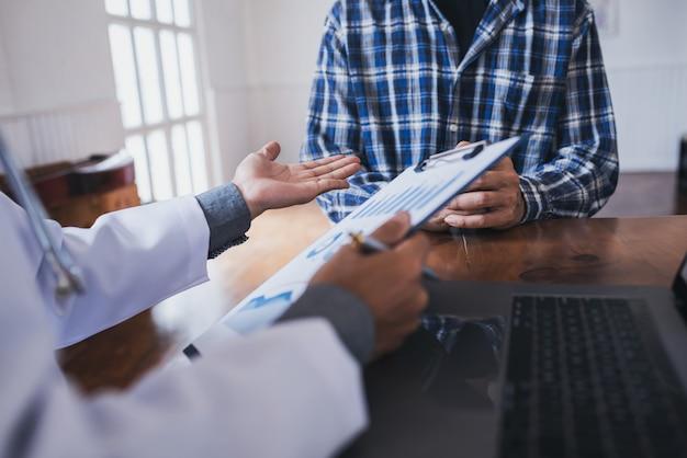 若い医師は、アジアの若者の性感染症に相談しました。前立腺がんと性腺がんの検出。 Premium写真