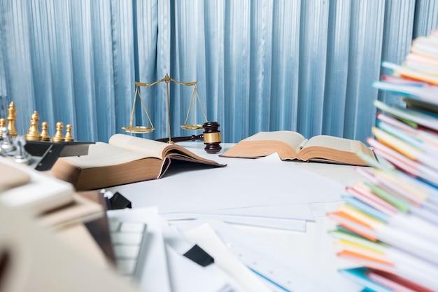 弁護士の机のテーブル、法廷での本のハンマー Premium写真