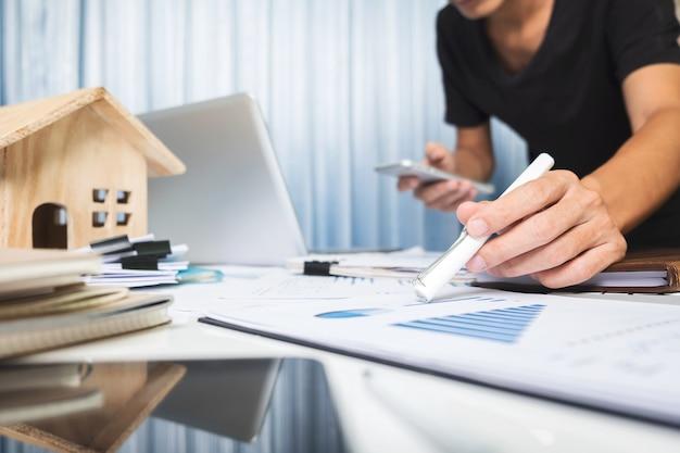 Менеджер, работающий в офисе, концепция продажи недвижимости Premium Фотографии