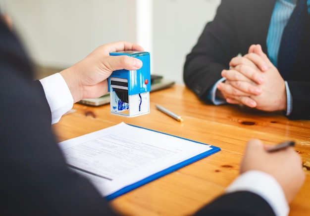 Агент по продаже недвижимости на дому рассматривает документы, которые были одобрены для получения кредита на покупку жилья. Premium Фотографии