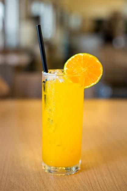 新鮮なオレンジジュースと氷ガラス。 Premium写真