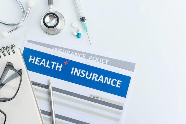 トップビューで聴診器で健康保険フォーム Premium写真