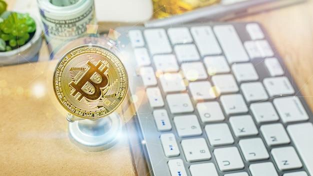 Валюта биткойн на офисном столе для бизнес-контента. Premium Фотографии
