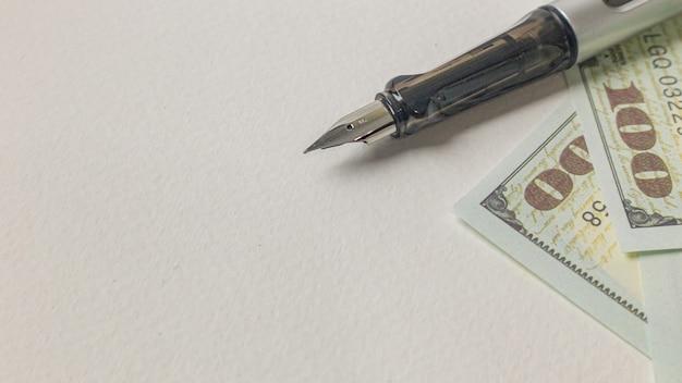 Изображение ручки и банкнот для концепции дела. Premium Фотографии